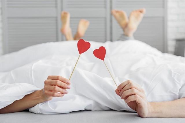 ベッドの中にいる男性と女性